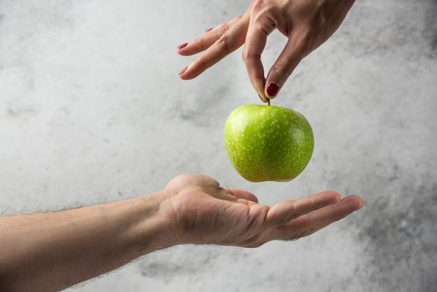 Ręka Kobiety, Dając Jabłko Do Ręki Człowieka. Darmowe Zdjęcia