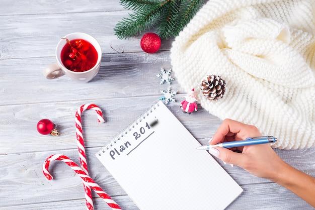 Ręka Kobiety, Pisząc życzenia świąteczne Premium Zdjęcia