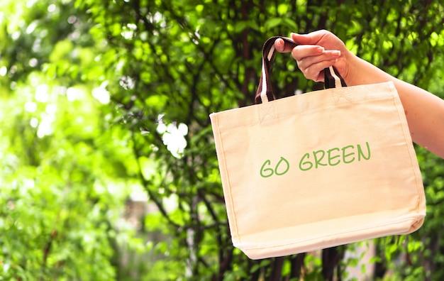 Ręka Kobiety Trzyma Torbę Wielokrotnego Użytku Z Zieloną Koncepcją Bez Plastiku Premium Zdjęcia