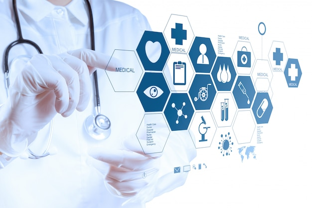 Ręka Lekarza Medycyny Pracy Z Nowoczesnym Interfejsem Komputera Premium Zdjęcia