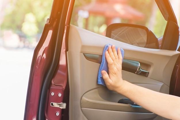 Ręka mężczyzny czyści i woskuje samochód Darmowe Zdjęcia