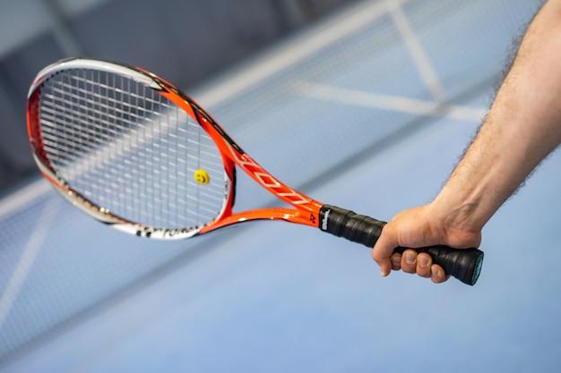 Ręka Mężczyzny Gospodarstwa Rakieta Tenisowa Na Korcie Tenisowym Premium Zdjęcia