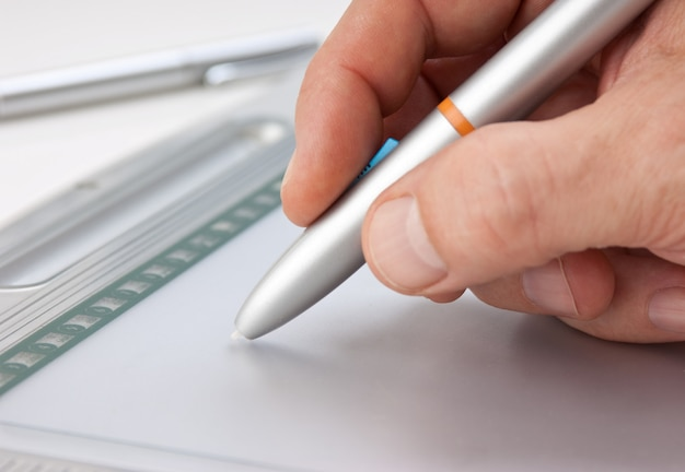 Ręka Mężczyzny Rysuje Się Na Tablecie Graficznym Premium Zdjęcia