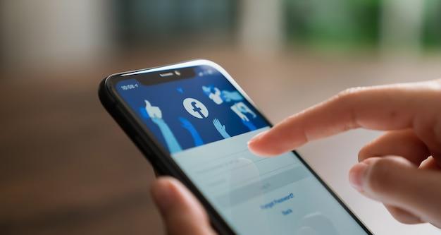 Ręka Naciska Ekran Facebooka Na Apple Iphone 11 Premium Zdjęcia