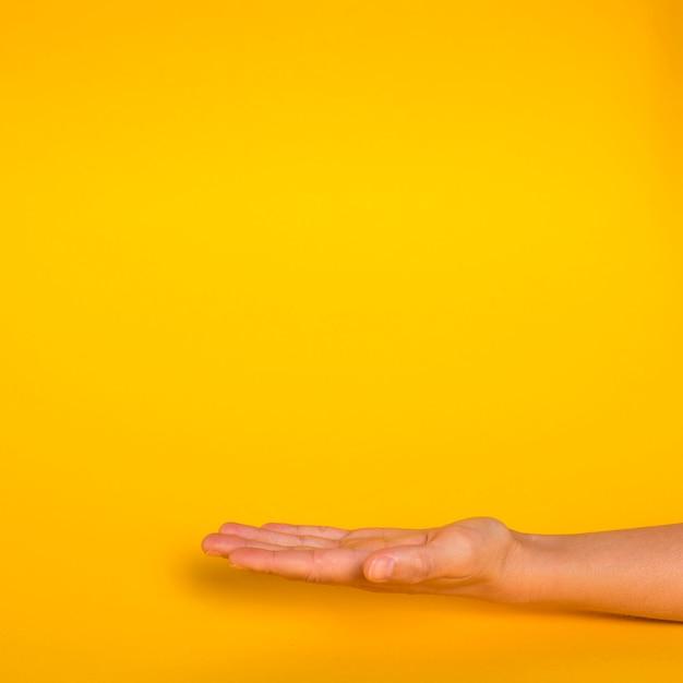 Ręka skierowana w górę z miejsca kopiowania Darmowe Zdjęcia