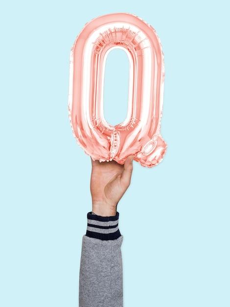 Ręka trzyma balonową literę q Darmowe Zdjęcia