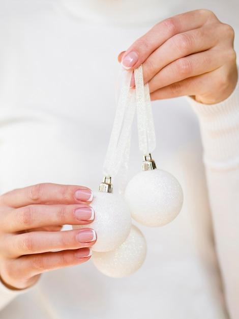 Ręka trzyma białe bombki Darmowe Zdjęcia