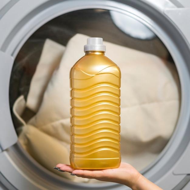 Ręka Trzyma Butelkę Z Detergentem Widok Z Przodu Darmowe Zdjęcia
