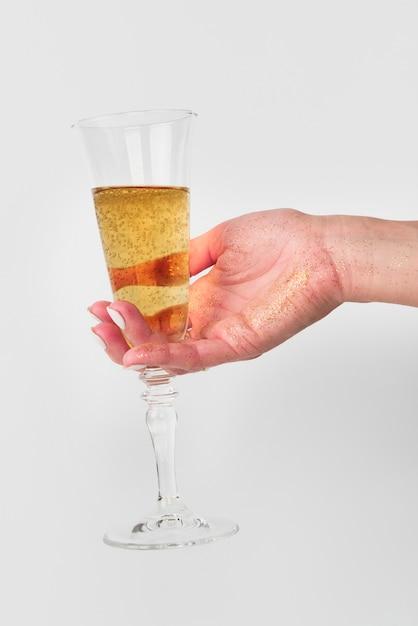 Ręka trzyma kieliszek do szampana Darmowe Zdjęcia