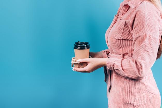 Ręka Trzyma Kubek Papierowy Kawy Premium Zdjęcia