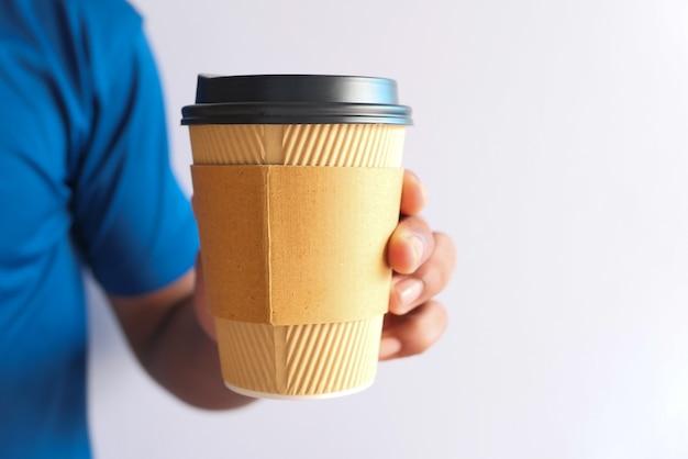 Ręka Trzyma Kubek Wielokrotnego Użytku Eco Kawy Z Bliska Premium Zdjęcia