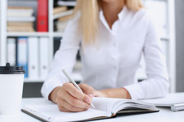 Ręka Trzyma Srebrny Długopis Gotowy Do Wykonania Premium Zdjęcia