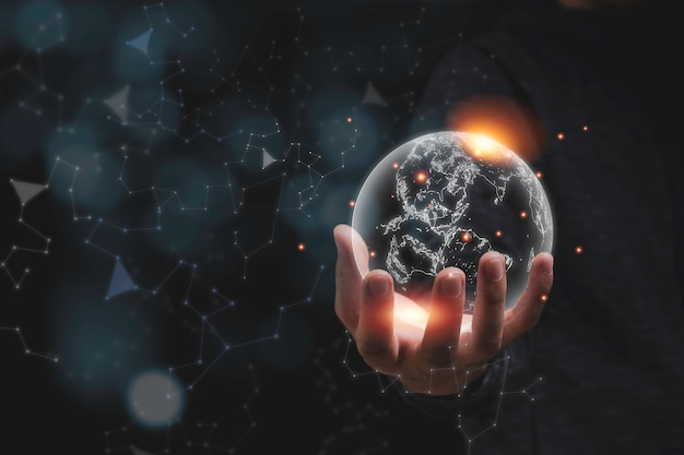 Ręka Trzyma Wirtualnego świat Z Pomarańczowym światłem. Koncepcja Ochrony środowiska. Premium Zdjęcia