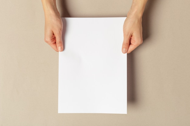 Ręka trzymająca papiery w rozmiarze a4 Premium Zdjęcia