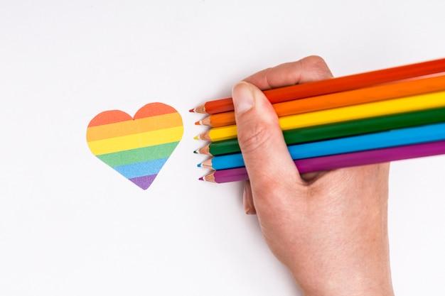 Ręka Z Kolorów Ołówkami I Serce Ikoną Jako Lgbt Znak Darmowe Zdjęcia