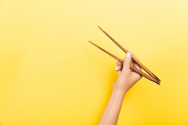 Ręka Z Pałeczkami. Tradycyjne Azjatyckie Jedzenie Premium Zdjęcia