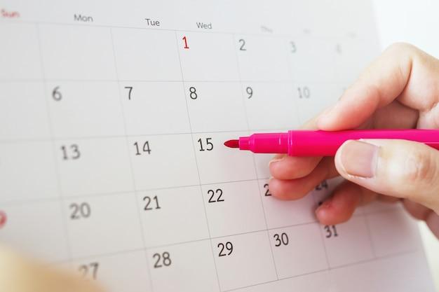 Ręka Z Piórem, Pisanie W Dniu Kalendarzowym Premium Zdjęcia
