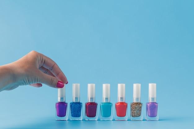 Ręka Z Stylowe Kolorowe Paznokcie Premium Zdjęcia