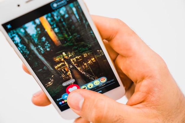 Ręka Z Telefonu I Aplikacji Facebook Darmowe Zdjęcia