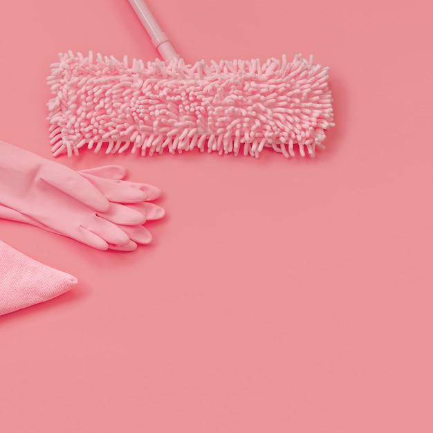 Rękawice mop, szmata i guma - różowe na różowym tle do czyszczenia wiosennego Premium Zdjęcia