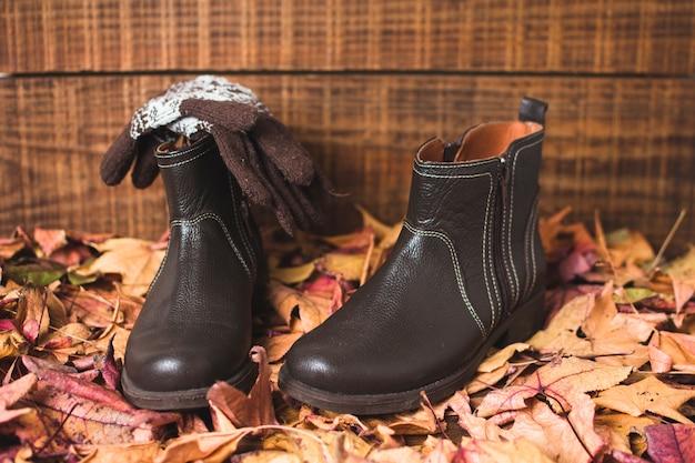 Rękawiczki z przodu i buty na wierzchu liści Darmowe Zdjęcia