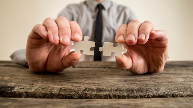 Ręki Biznesmena Mienia łamigłówki Kawałki Premium Zdjęcia