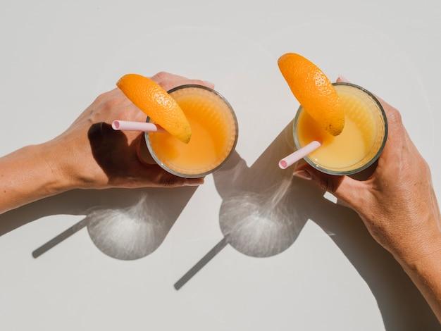 Ręki Trzyma Szkła Z Naturalnego Soku Pomarańczowego Odgórnym Widokiem Darmowe Zdjęcia