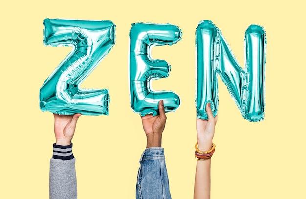 Ręki trzyma zen słowo w balonowych listach Premium Zdjęcia
