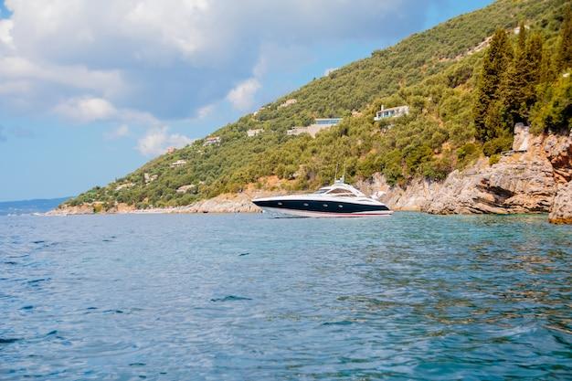 Rekreacja Na łodzi W Pobliżu Brzegu Pięknej Góry Premium Zdjęcia