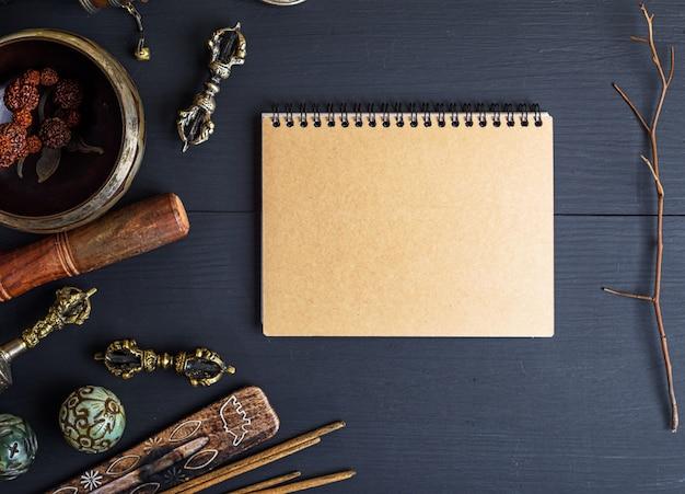 Religijne Instrumenty Muzyczne Do Medytacji I Medycyny Alternatywnej, Pusty Notatnik Z Brązowymi Prześcieradłami Premium Zdjęcia