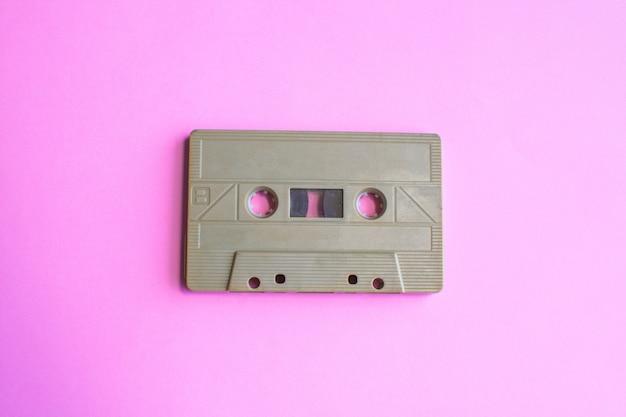 Retro kaseta z taśmą na żółtym tle. miękka ostrość. Premium Zdjęcia