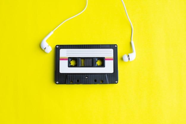 Retro taśmy kaseta na żółty Premium Zdjęcia
