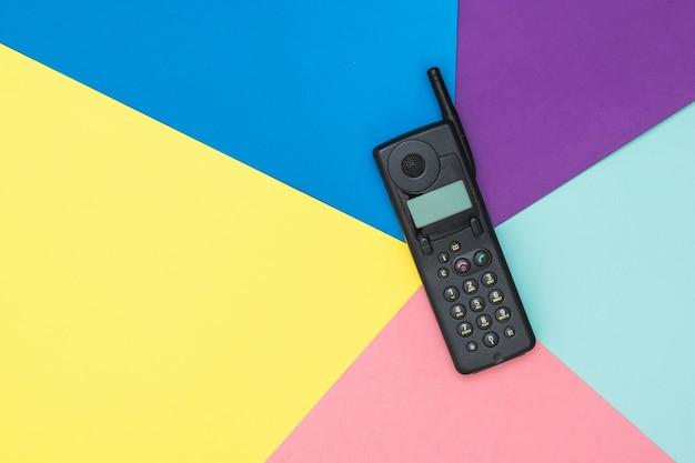 Retro Telefon Komórkowy Z Anteną Na Kolorowej Powierzchni Premium Zdjęcia
