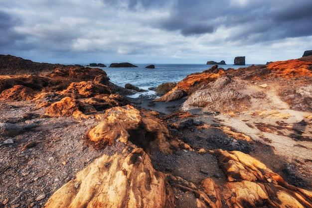 Reynisfjara Czarny Piasek Plaża W Islandii. Góry Reynisfyal Premium Zdjęcia