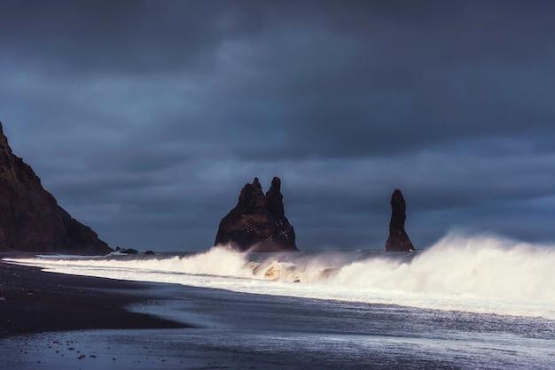 Reynisfjara Czarny Piasek Plaża W Islandii Premium Zdjęcia