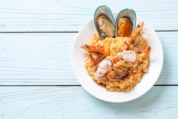 Risotto Z Owocami Morza (krewetki, Małże, Ośmiornice, Małże) I Pomidorami Premium Zdjęcia