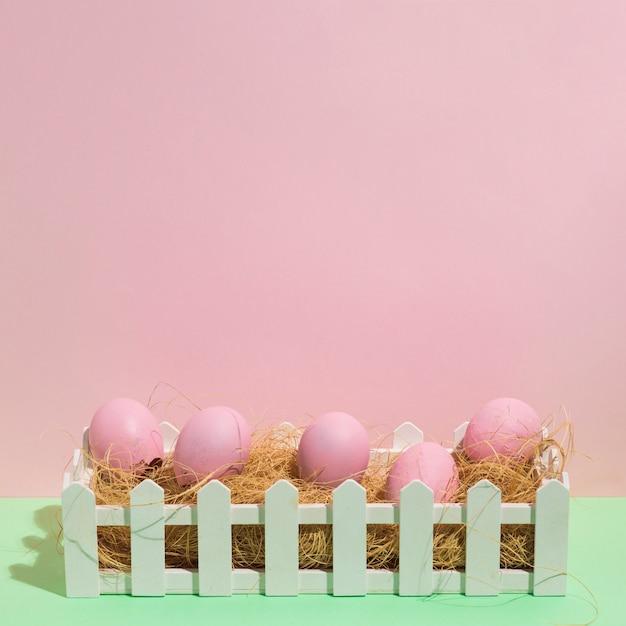 Różowi Wielkanocni jajka na sianie na zielonym stole Darmowe Zdjęcia