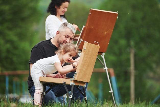 Robię To Dobrze. Babcia I Dziadek Bawią Się Na świeżym Powietrzu Z Wnuczką. Koncepcja Malarstwa Darmowe Zdjęcia