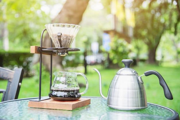 Robienie kawy kroplowej w vintage coffee shop z zieloną ogrodową naturą Darmowe Zdjęcia