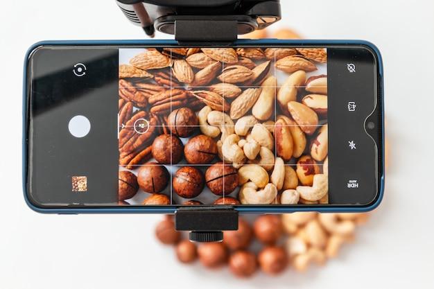 Robienie Zdjęć Orzechów Na Smartfonie. Zamknij Się, Widok Z Góry Premium Zdjęcia