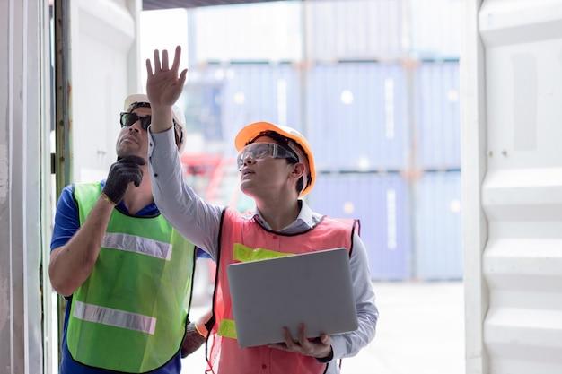 Roboczy Zespół Inżynierów Audytu W Porcie Morskim Sprawdzający Wytrzymałość Kontenerów Towarowych Pod Kątem Bezpieczeństwa I Ochrony W Standardzie Kontenerów Intermodalnych. Premium Zdjęcia