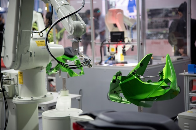 Robotic spray do malowania ręcznego do części samochodowej. Premium Zdjęcia