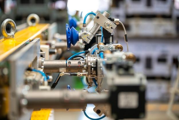 Robotyczne Sztuczne Zautomatyzowane Wytwarzanie Inteligentnego Robota Z Ekranem Dotykowym Bezprzewodowego Tabletu. Premium Zdjęcia