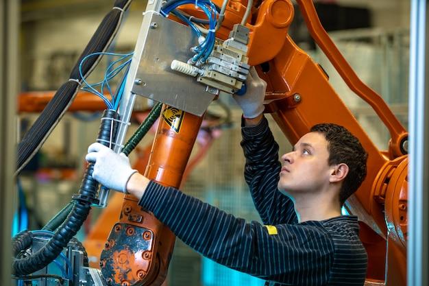 Robotyzacja Nowoczesnego Przemysłu W Fabryce. Wprowadzenie Nowych Ramion Robotycznych W Celu Zastąpienia Zasobów Ludzkich Premium Zdjęcia
