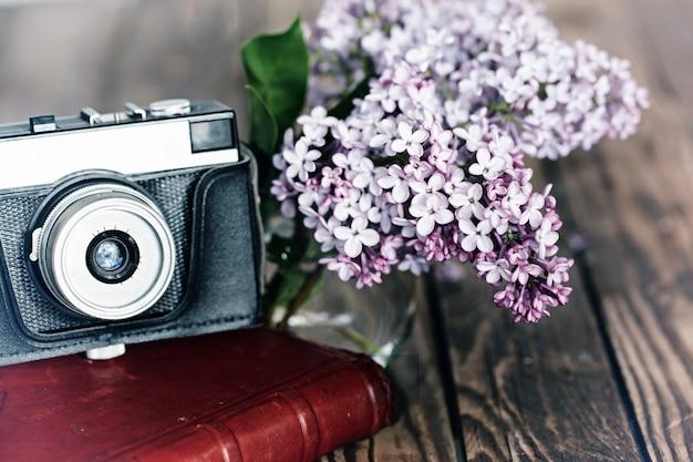 Rocznik Kamera I Bukiet Liliowi Wiosna Kwiaty Na Drewnianym Bac Premium Zdjęcia