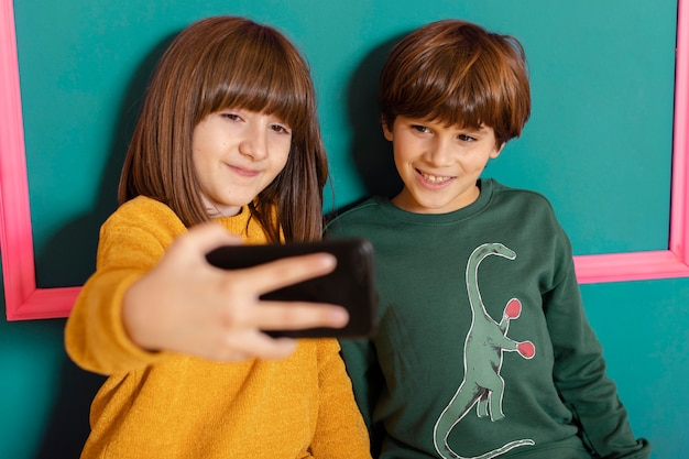 Rodzeństwo W Domu Korzystające Z Telefonu Komórkowego Premium Zdjęcia