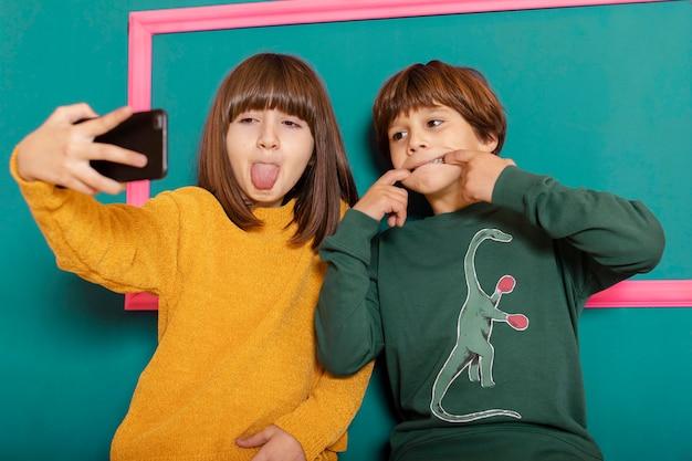 Rodzeństwo W Domu Korzystające Z Telefonu Komórkowego Darmowe Zdjęcia