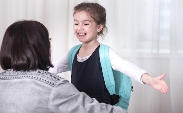 Rodzic I Dziewczyna Uczeń Szkoły Podstawowej Przytulanie Siebie Na Jasnym Tle. Powrót Do Koncepcji Szkoły Darmowe Zdjęcia