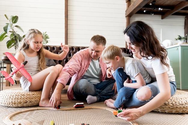 Rodzice Bawią Się Z Dziećmi W Salonie Darmowe Zdjęcia