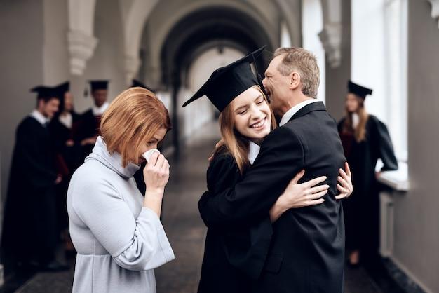Rodzice gratulują uczniowi, który kończy studia. Premium Zdjęcia